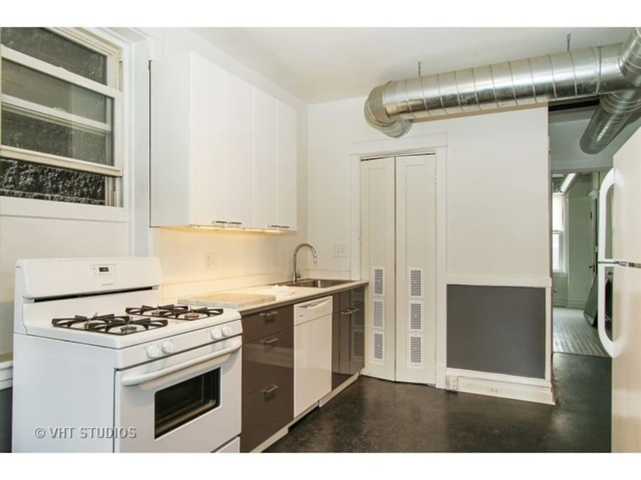 Fully equipped kitchen with oven, stove, microwave, garbage disposal, dishwasher and all cutlery