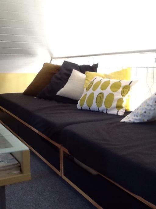 """TV rum på övervåningen, loft, med """"långsoffa"""" 2 sängplatser"""