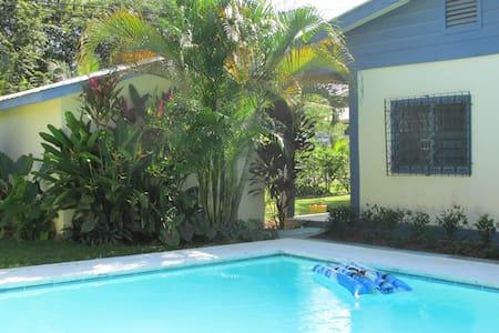Belize B&B  w Pool  interior - Santa Elena - Rumah