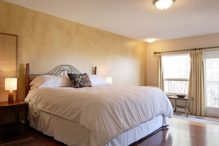 Large room with ensuite  on Acreage - Calgary - Bed & Breakfast