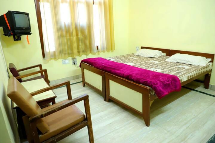 Deluxe room nonAC in Shree shree Radha Shyam Palac