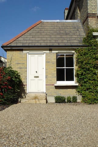 Pretty one bedroom cottage in leafy london suburb