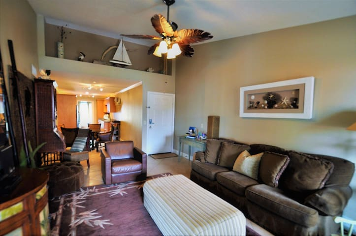Beach front on the Seawall; WiFi, Cable, 2 Pools!