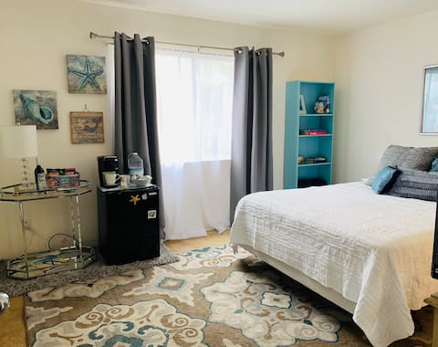 Private guest room and bath in quiet home by SDSU