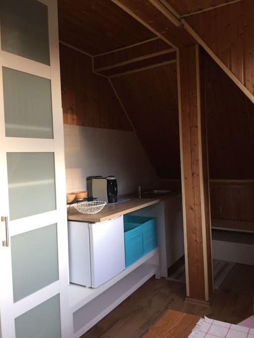 Blick nach rechts mit die Küche mit Minikühlschrank Ohne Kochfeld/Herd