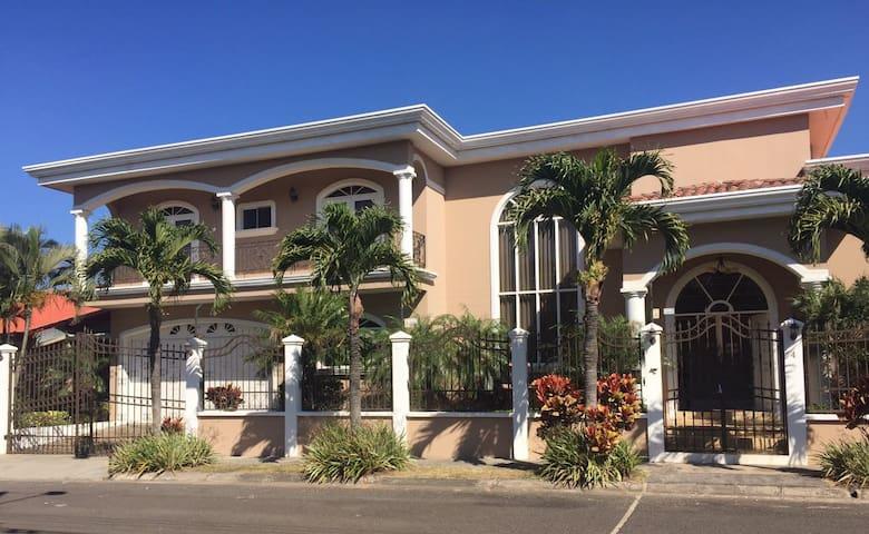 Casa Grande con 4 Cuartos en Alturas de Cariari