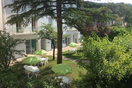 disabled access guarded residence apartment - Lamalou-les-Bains - Lägenhet