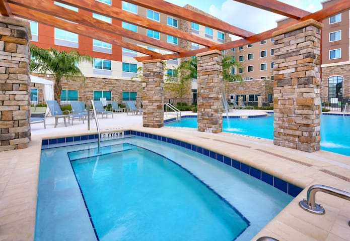 Close to U of Florida. Free Breakfast. Outdoor Pool & Hot Tub. Great for Groups!