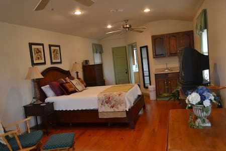 Carriage House Suite on NE Creek! - Outro