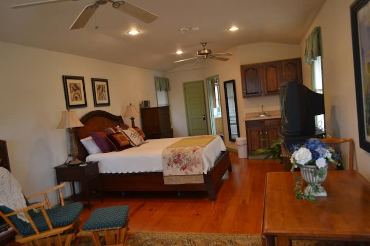 Carriage House Suite on NE Creek!