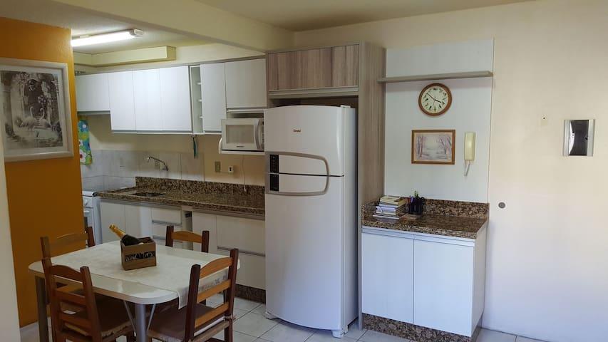 Apartamento COMPLETO, bem LOCALIZADO e CONFORTÁVEL