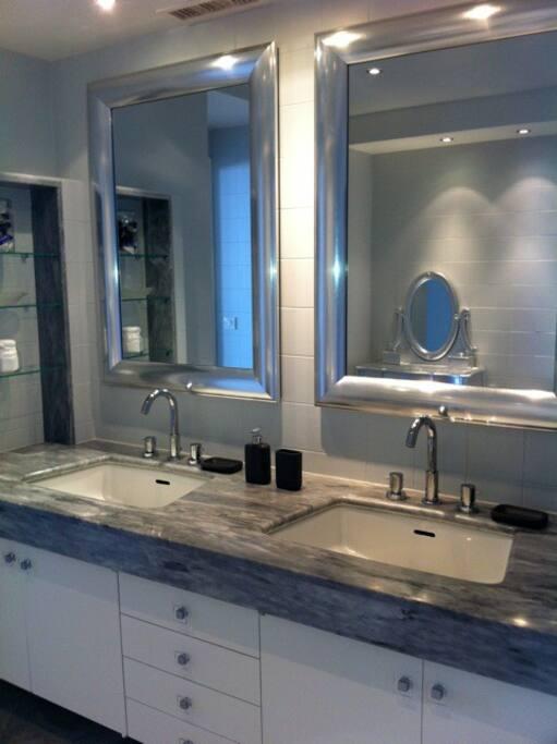 Salle de bain en marbre attenante à la chambre parentale