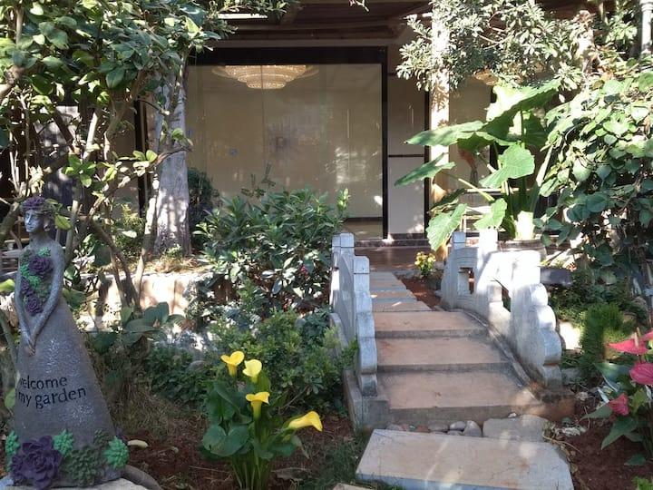 蓝湖之恋花园别墅大床房A102花园大厅可喝酒、聚餐、烧烤、打台球、玩桌游、做饭等