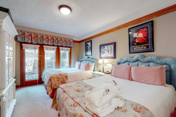 Hotel style ski-in/ski-out ground floor condo w/ shared pool & hot tub access!