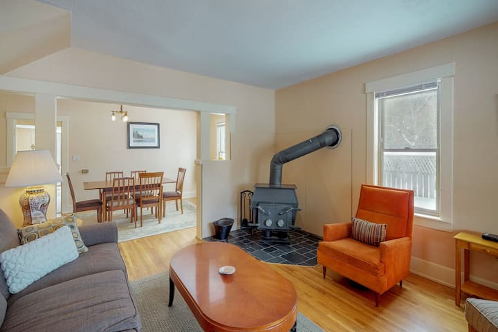 Ideal Downtown location next to park, lake, and hiking trails!