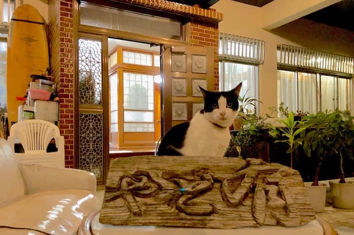 沖縄伝統の6畳和室『やど有 Hostel YadoAri』~ 海と癒しのにゃんこやど~