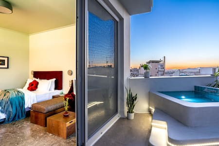 Top Floor Getaway, Balcony & Pool + Acropolis View