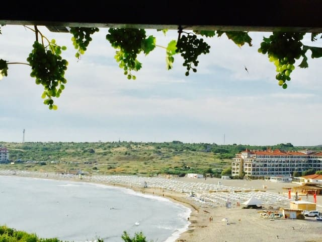 Apartment near the beach with  sea view and yard