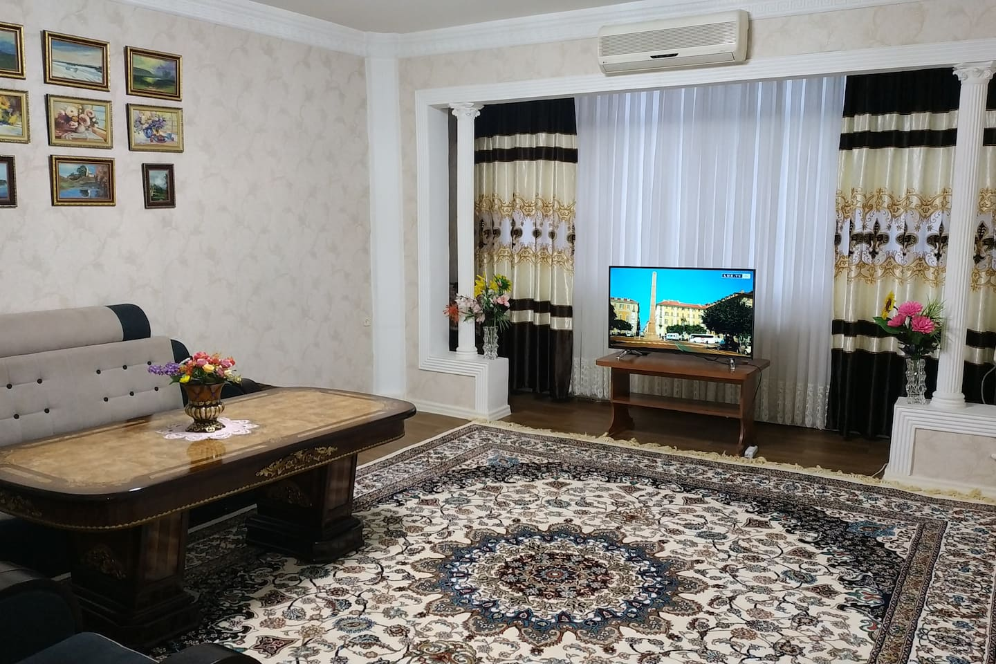 Big and bright Living room. Air conditioner. Smart TV. Comfortable sofa- convertible to bed.