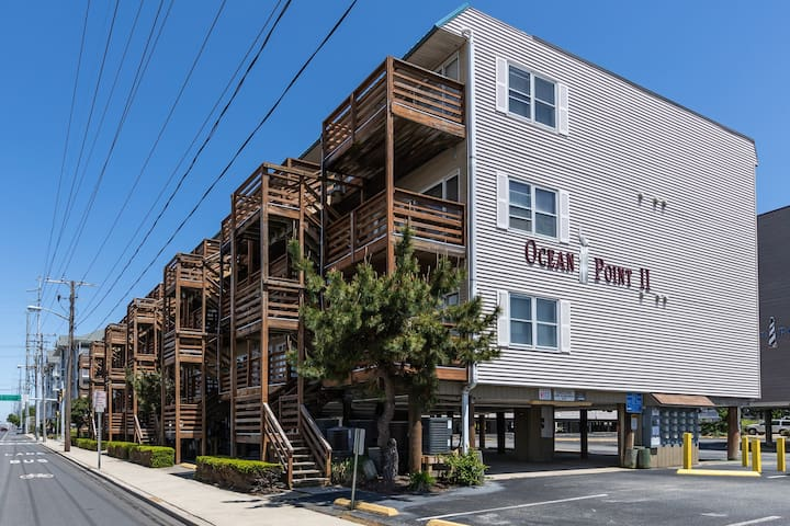 Seaside condo w/outdoor seating, free WiFi - close to the Convention Center!