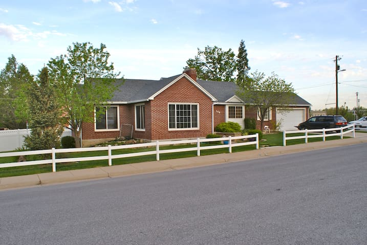 Quaint Home with Mountain Views, Plenty of Space - Farmington - House
