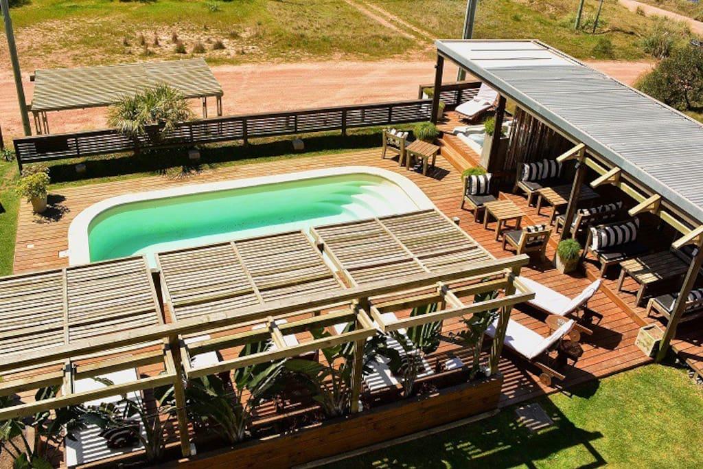 Vista de zona de piscina y solárium