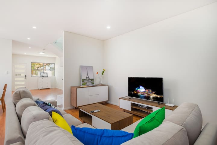 Dreamily Whole House near train station(4 bedroom) - Campsie - Villa