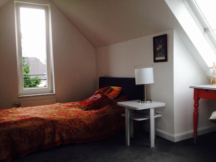 Dachgeschosszimmer mit eigenem Bad in ruhiger Lage