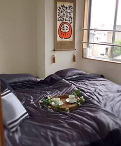 金沢の繁華街まで徒歩3分、幅210cmのマットレスでゆったり寝れます!ダルマのCozy Room! - 金沢市
