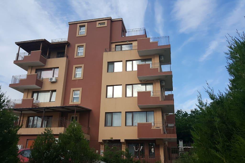 Вид на дом и балкон кв-ры (2 эт. слева над гаражем)
