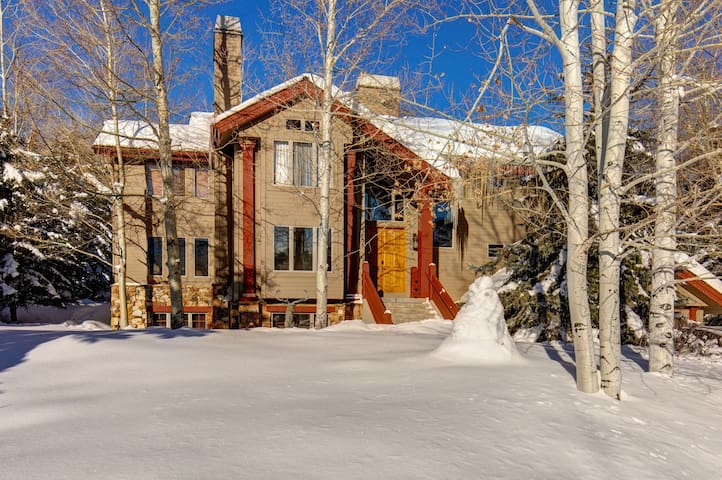 Luxury mountain home with private hot tub, pool table, & gourmet kitchen