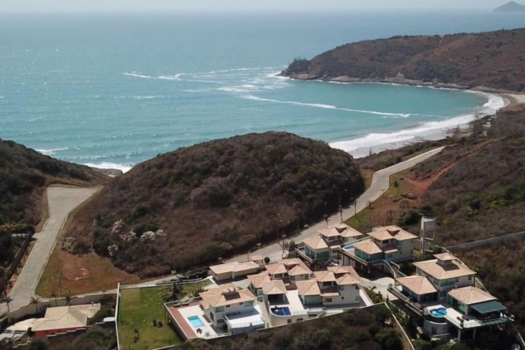 Foto de drone do condominio e da praia Brava.