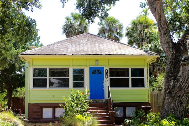 New Smyrna Beach Flagler Ave Cottage♥ with parking