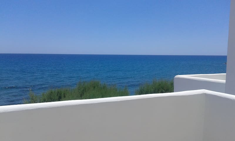 """""""DEEP BLUE""""  SUITES WITH CHARACTER - Iraklio - Apartment"""