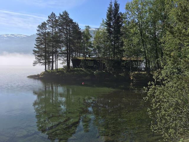 Sérénité et paix sur une péninsule lacustre isolée