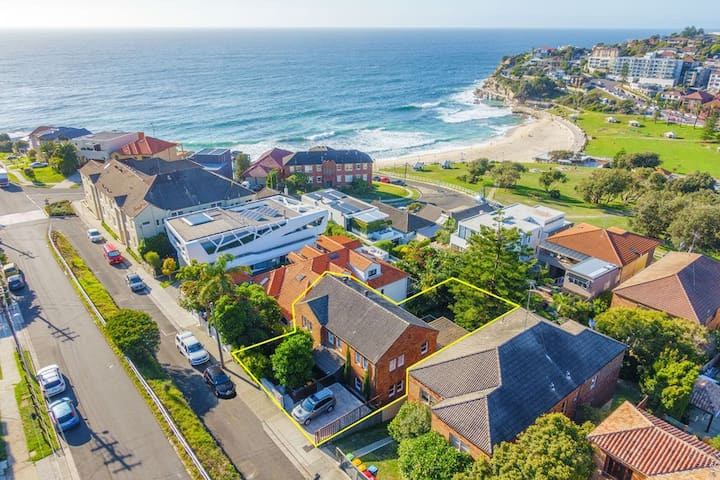 Grand Beachside Manor on the beach in Bronte - Bronte - House