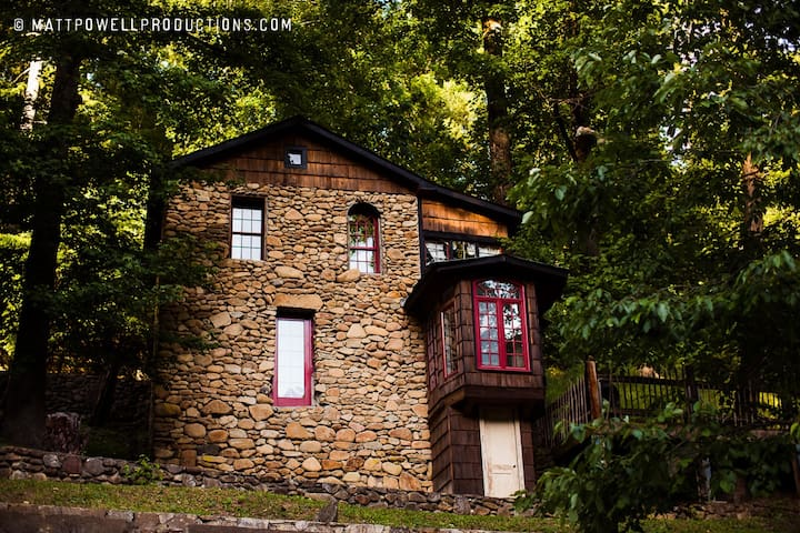 Historic 2 story secluded cabin on river