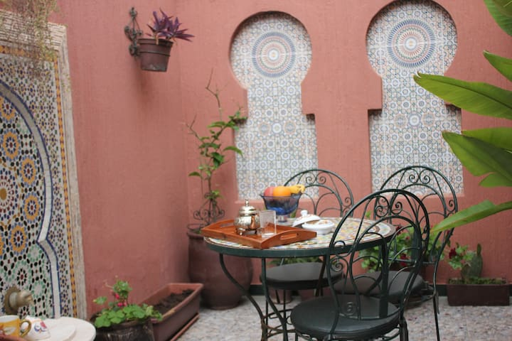 Double room w TV/private terrace (Free parking )