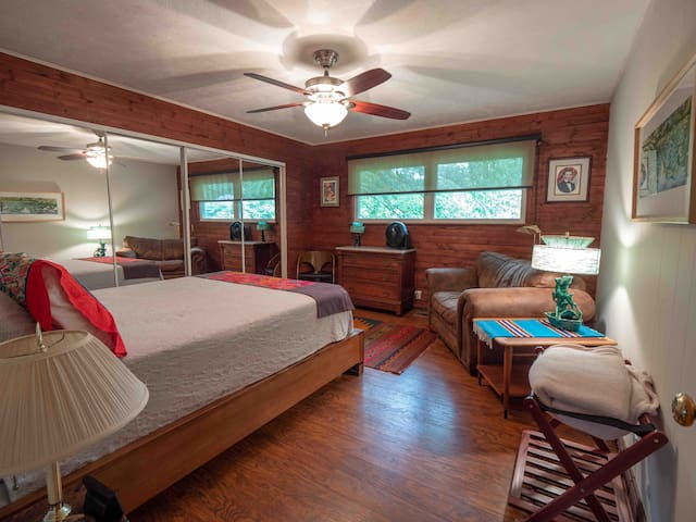 Main bedroom, queen bed