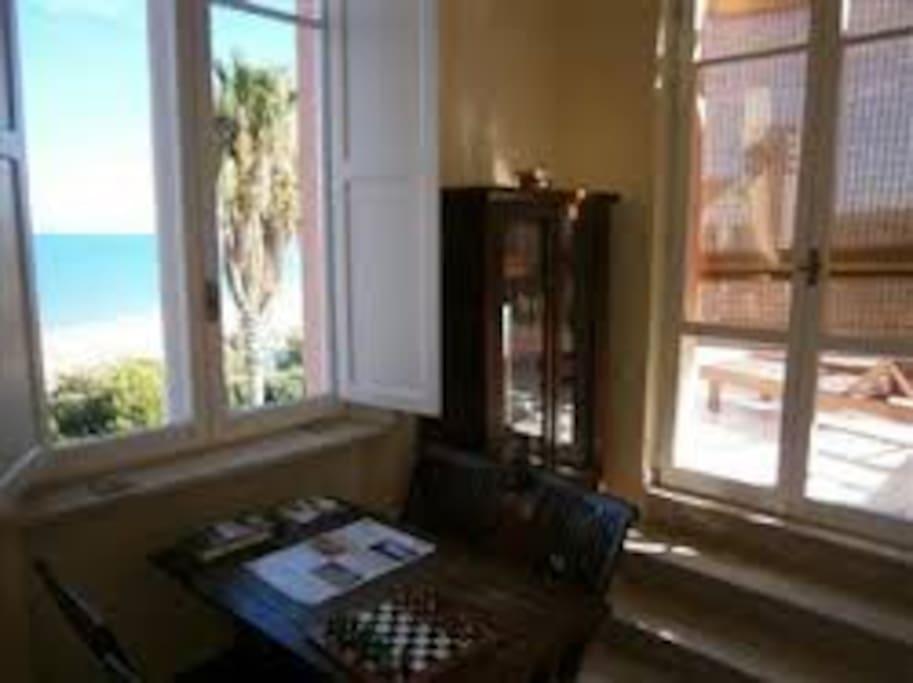Stanza in torretta uso studio oppure piccola sala pranzo. Apre sulla terrazza vista mare con sdraio, tavolo, sedie.