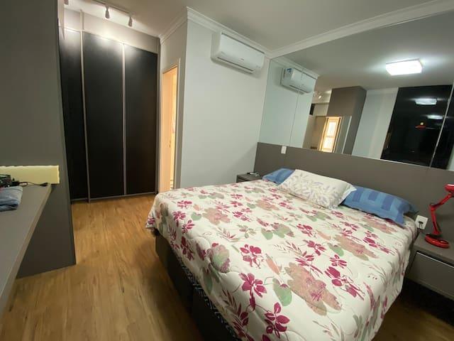 Suite com cama queen, completa conjunto de roupa de cama (limpíssimo), Ar condicionado, Televisão no quarto. Excelente chuveiro com pressão e aquecimento a gás.