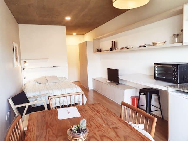 Cálido studio con balcón, pileta, gym y subte!