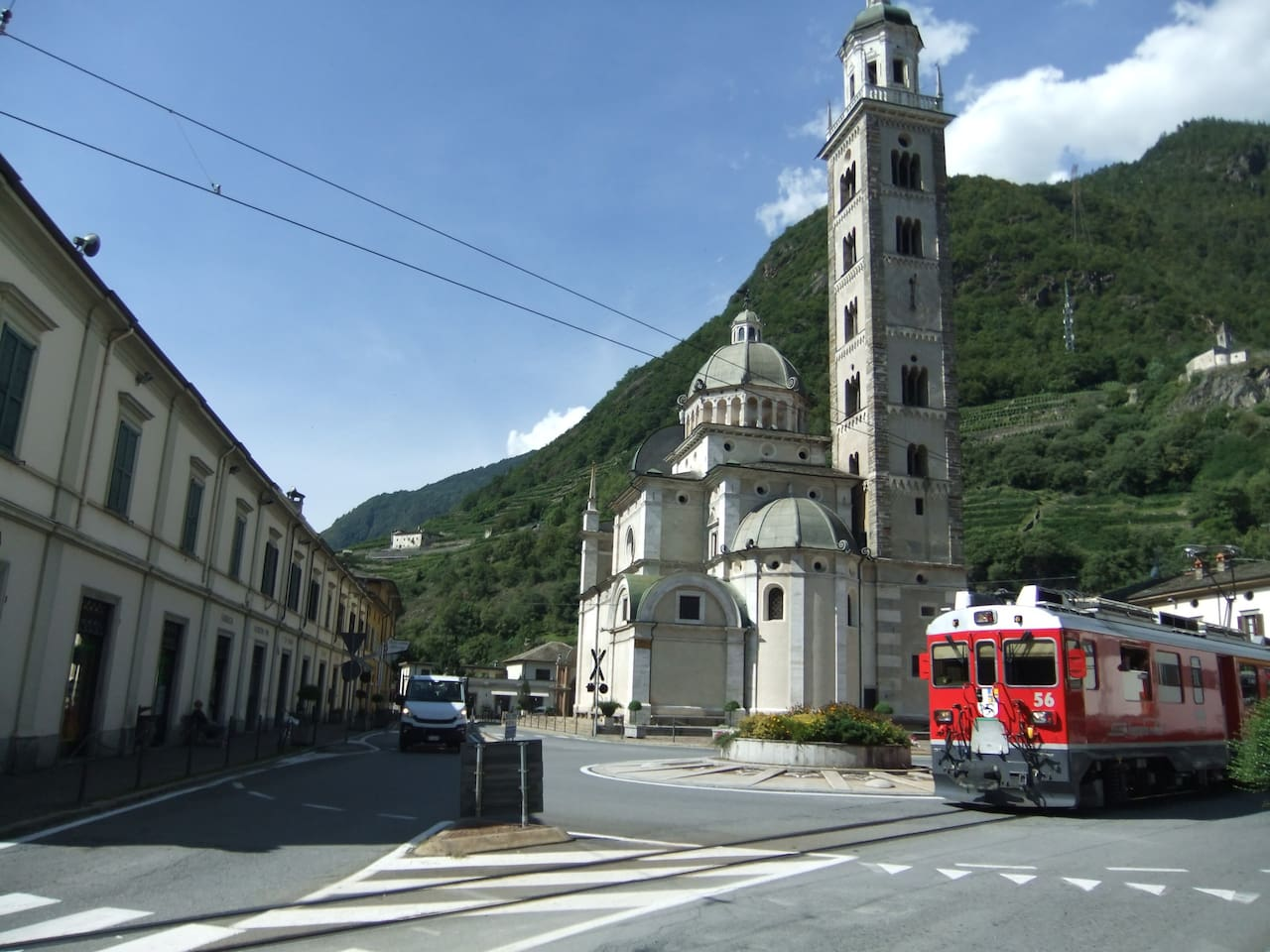 trenino rosso durante il passaggio piazza basilica  a Madonna di Tirano