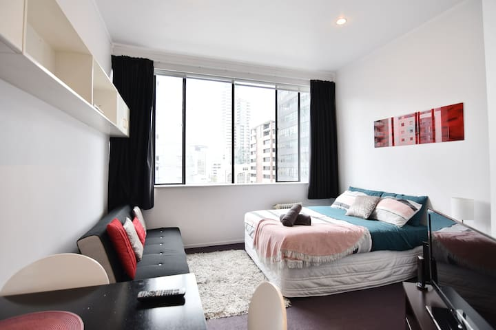 A Central & Cozy Studio Right Next to Sky Tower