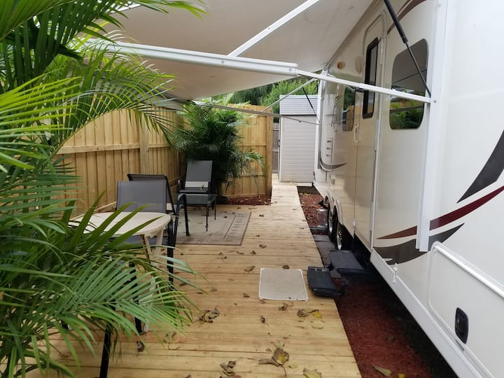 Cozy 24 Ft Camper with access to Pool/Hot Tub