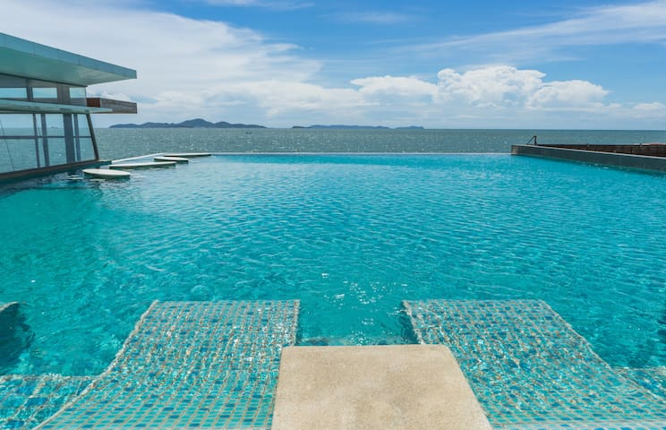 Wonderful Beachfront Pool Access Suite no. 1