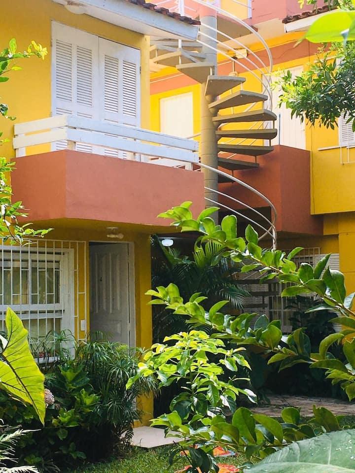 Duplex com belisimo jardim, bem  perto do Mar
