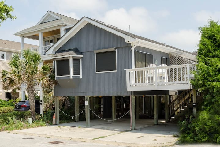 Hook, Wine & Sinker-Updated apartment located in the center of Wrightsville Beach