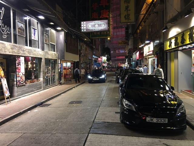 7 Restaurants are surrounding your apartment, and over 100 hot stores and restaurants. 公寓下面,短短五十米的小街,就已有七家不同国家的餐馆,另附近有过百家以上购物及餐饮热店。