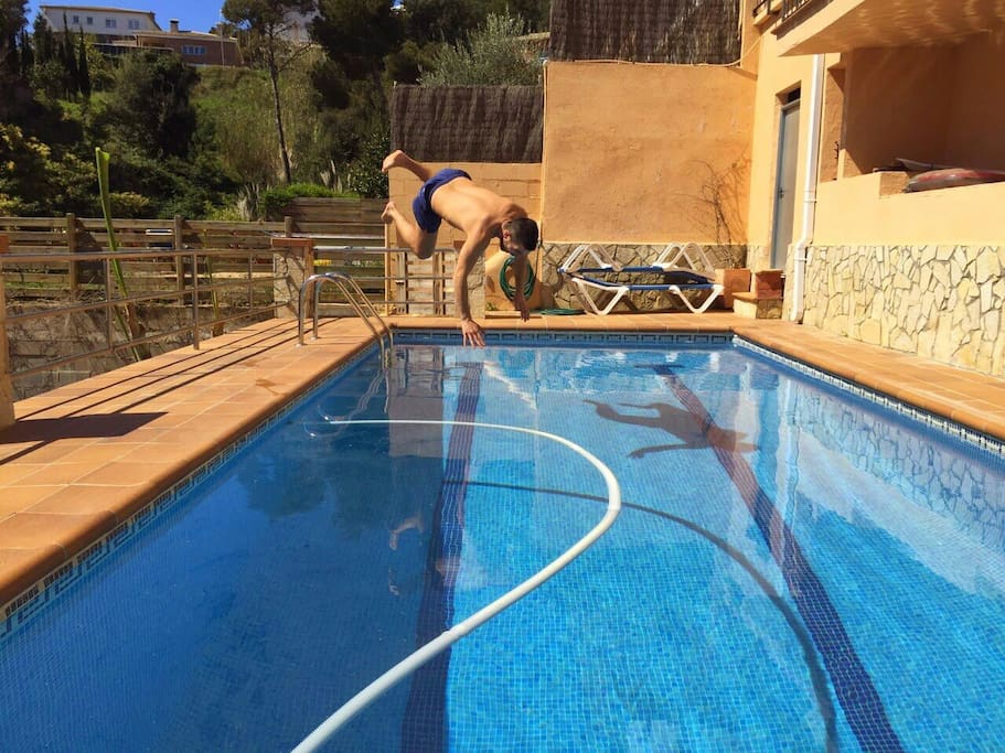 Casa con piscina y barbacoa suites louer blanes for Barbacoa y piscina madrid